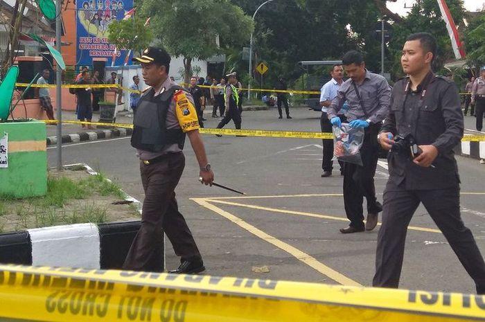 Polisi mengamankan di lokasi temuan bungkusan misterius