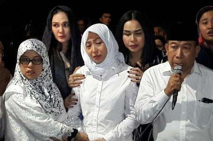 Ibunda Ayu Dewi Meninggal Dunia, Tangis Sang Presenter Pecah Jelang Pemakaman