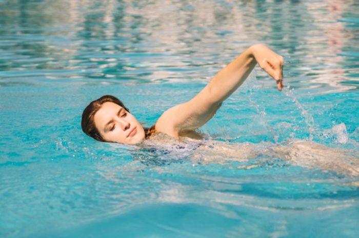 Berbagai manfaat berenang saat hamil