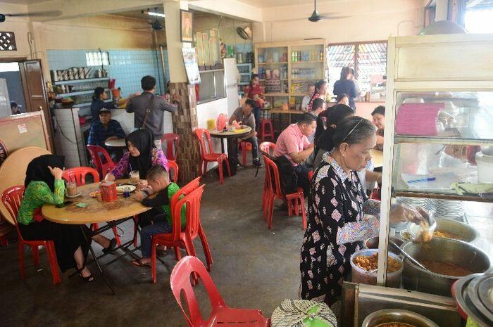 Suasana kedai kopi Botan di Tanjungbalai, Pulau Karimun. Setiap pagi, suasana kedai kopi selalu ramai oleh warga dan pelancong yang menghabiskan waktu untuk sarapan.