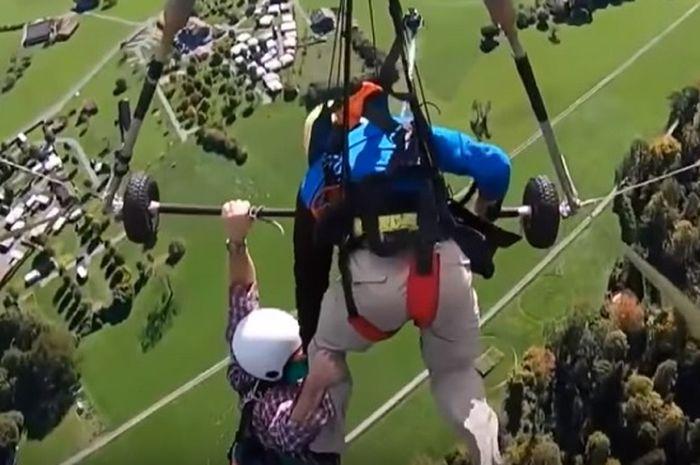 Horor udara saat turis Chris Gursky (kiri) menggelantung di paralayang yang sudah terbang. Dia lupa memasang sabuk pengaman.