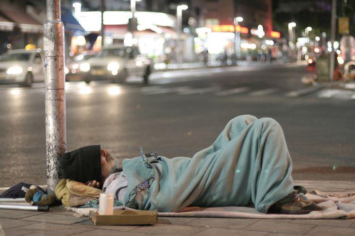 Ilustrasi tidur di pinggir jalan