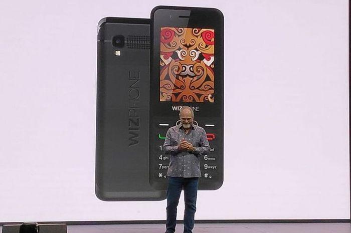 Scott Huffman dari Google saat memperkenalkan ponsel Whizphone