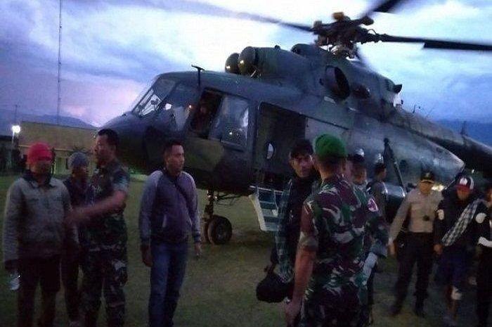 Para korban selamat berhasil dievakuasi dari Distrik Mbua menggunakan helikopter.