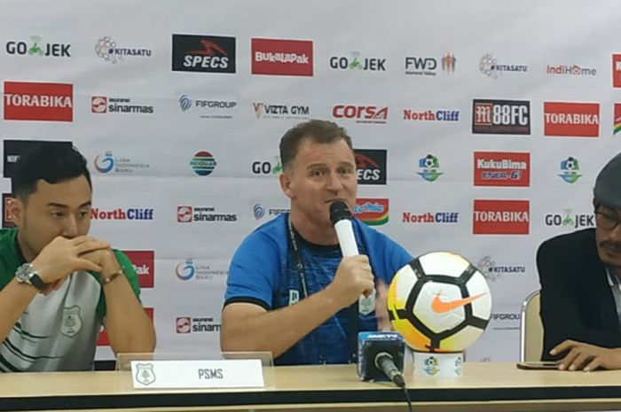 Pemain dan pelatih PSMS Medan, Shohei Matsunaga serta Peter Butler memberikan keterangan pers seusai laga kontra PS Tira, Rabu (5/12/2018).