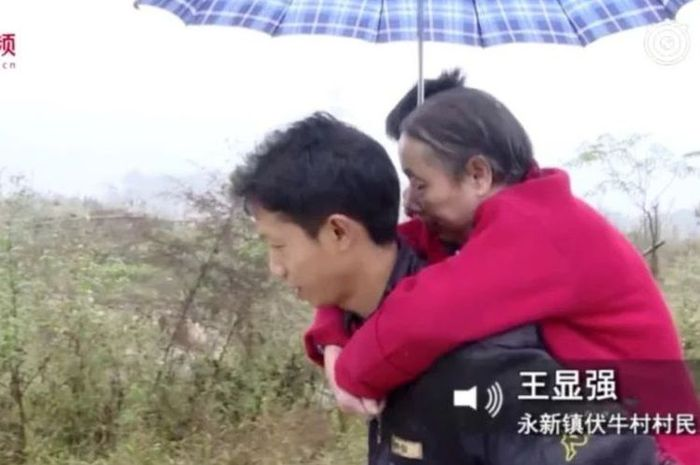 Demi Bisa Makan, Pria di China selama 15 Tahun Mencari Kerja Sambil Gendong Sang Ibu