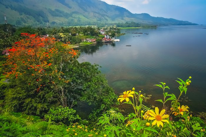 Pemandangan Pulau Samosir di pinggir Danau Toba.