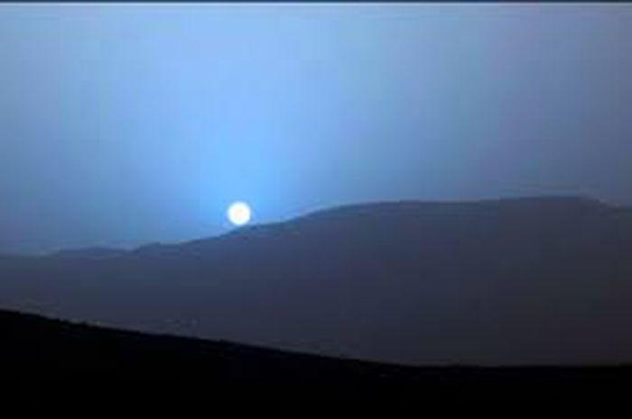 Senja berwarna biru di Mars.