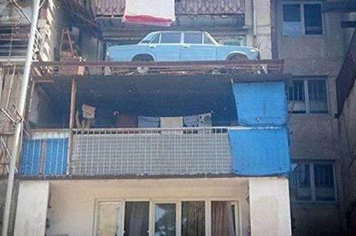 Mobil di parkir di lantai atas