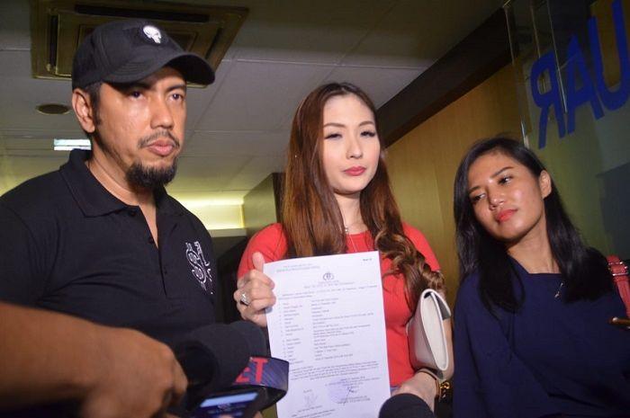 Puput Carolina (tengah) bersama Sunan Kalijaga (kiri) melaporkan Nikita Mirzani atas dugaan pencemaran nama baik saat Grid.ID temui di Polda Metro Jaya, Jakarta Selatan pada Jumat, (7/12/2018)