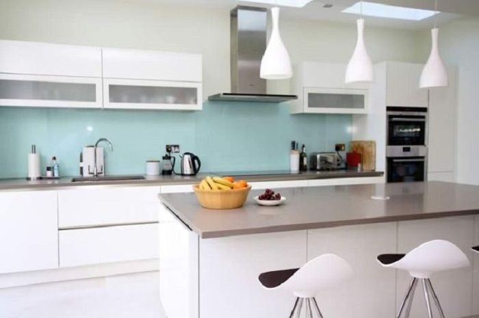 Backsplash atau bidang di belakang meja dapur juga dapat dipasangi cermin.