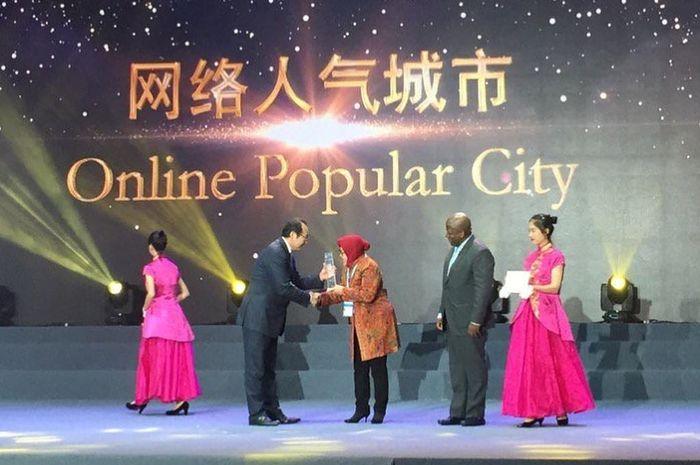 Walikota Surabaya, Tri Rismaharini menerima penghargaan Guangzhou International Award 2018.