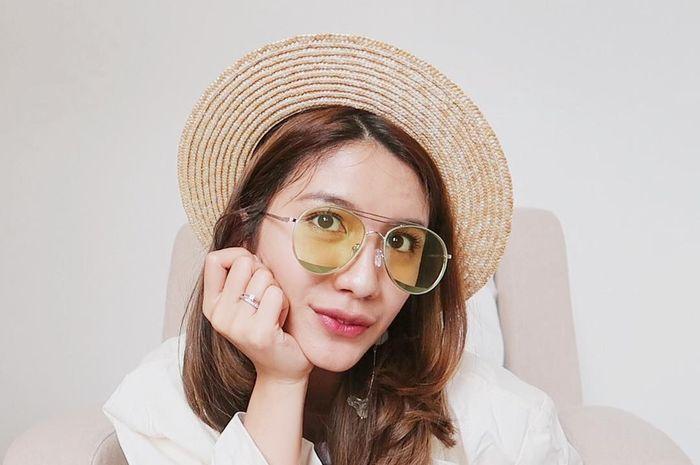 Rekomendasi boater hat ala Acha Sinaga mulai dari harga 40 ribu rupiah