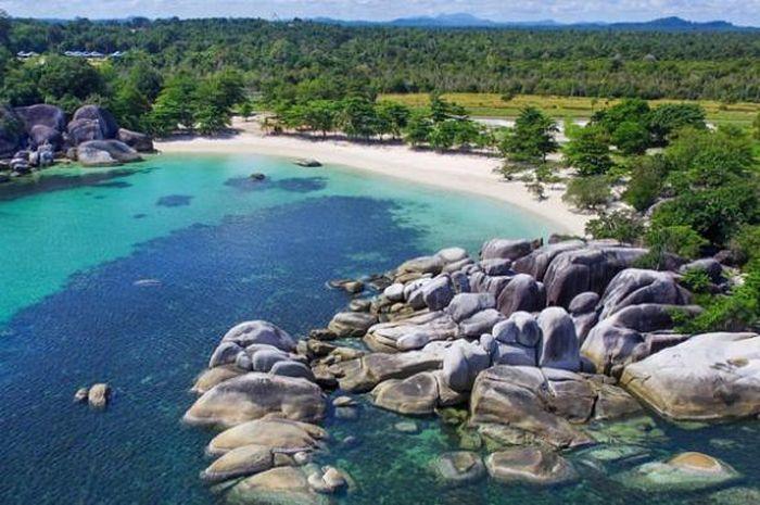 keindahan pantai-pantai di Pulau Belitung, bak kepingan surga yang jatuh ke Bumi.