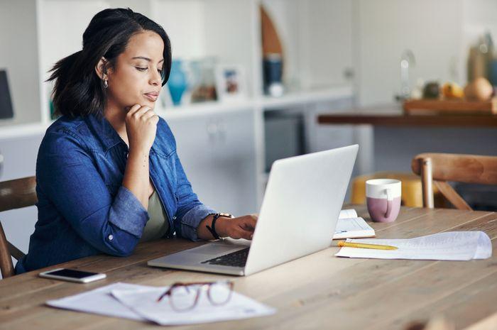 Perbedaan tips mengelola keuangan antara ibu rumah tangga dan ibu berkarir