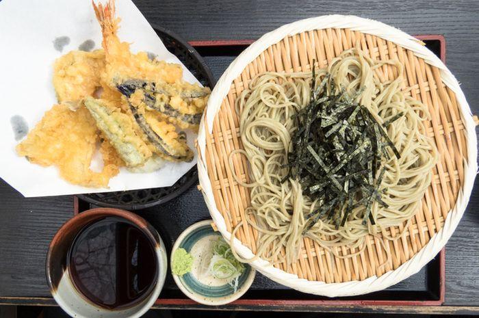 Soba dengan tempura.