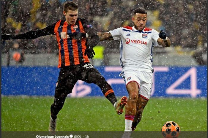 Penyerang Olympique Lyon, Memphis Depay (kanan), beraksi dalam laga Grup F Liga Champions melawan Shakhtar Donetsk di Stadion NSK Olimpiyskyi, Kyiv, Ukraina pada 12 Desember 2018. Dalam hasil lengkap Liga Champions, Lyon menjadi tim terakhir yang lolos ke babak 16 besar.