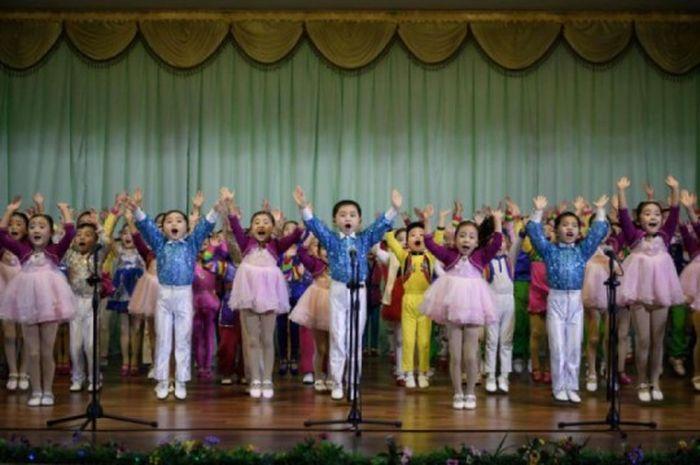 Anak-anak TK di Korea Utara menari dan menyanyikan lagu-lagu pujian kepada pemimpin negara tersebut.