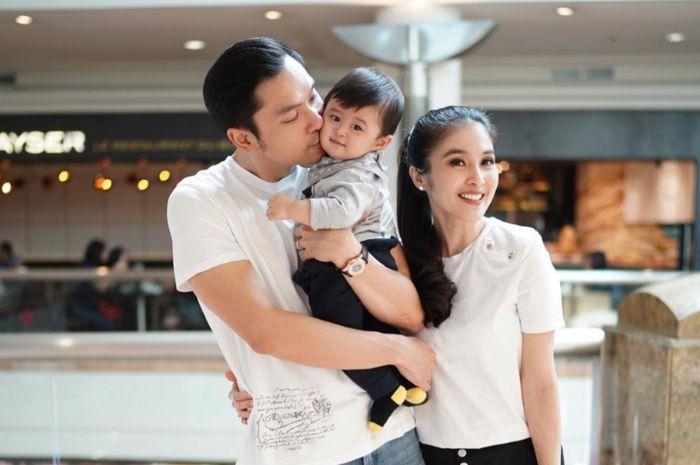 Papa Idaman, Begini Gaya Suami Ganteng Sandra Dewi Tidurkan Raphael Moeis!
