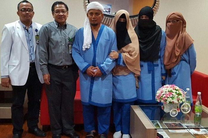 Ustaz Arifin Ilham bersama ketiga istri dan dua orang dokter di Rumah Sakit Pusat Pertamina (RSPP)
