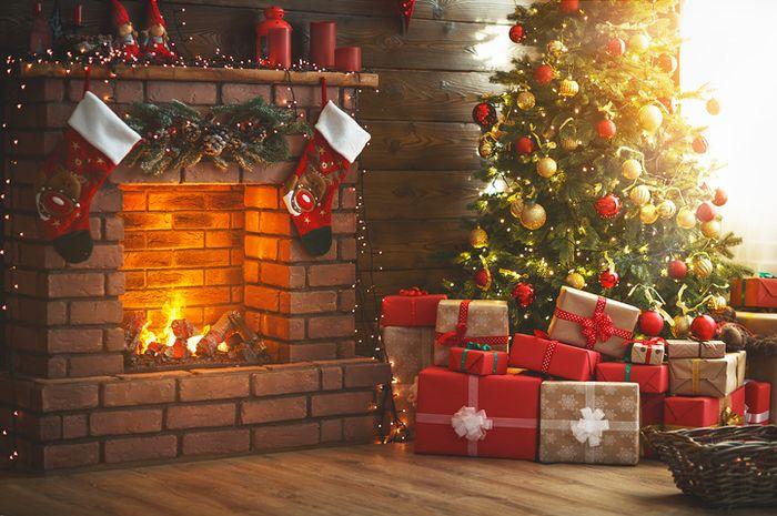 Dekorasi Natal yag dipenuhi warna merah dan hijau.