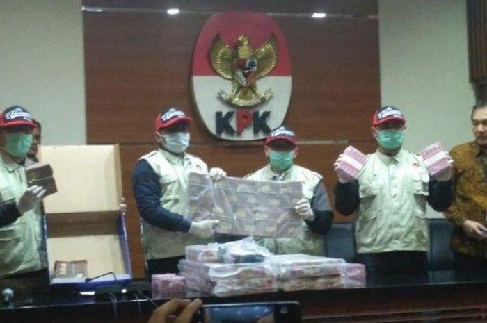 Pegawai KONI akui sempat tidak sengaja lihat tumpukan uang di ruang pimpinan.