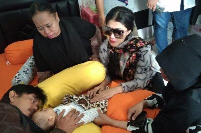 Pemain Sinetron Preman Pensiun Epy Kusnandar memeluk Yumna anak Aa Jimmy.
