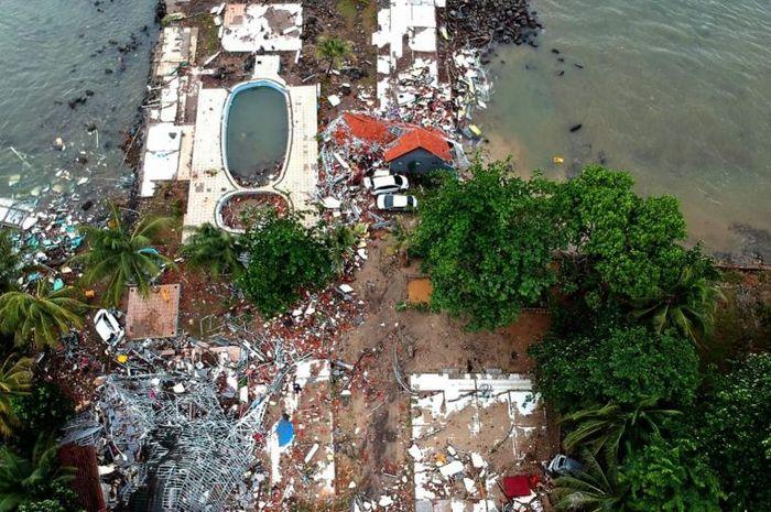 Foto udara play ground dan kolam renang pinggir pantai yang luluh lantak diterjang tsunami Banten