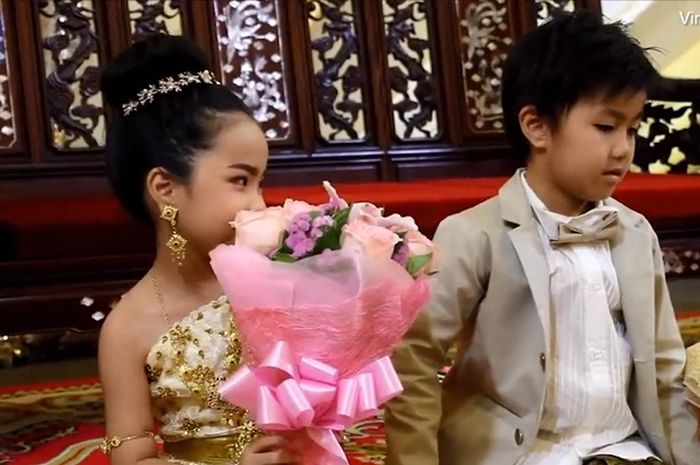 Anak kembar dinikahkan oleh orangtuanya