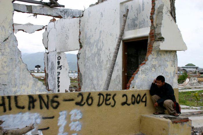 Sisa-sisa tsunami Aceh.