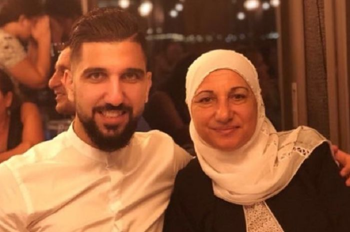 Pesepak bola muslim asal Israel keturunan Arab, Moanes Dabour bersama sang ibu.