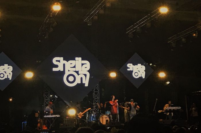 Sheila On 7 saat tampil di The 90s Festival 2018 35d276c484