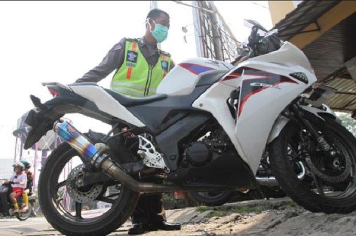 Polisi sita motor pakai knalpot racing.
