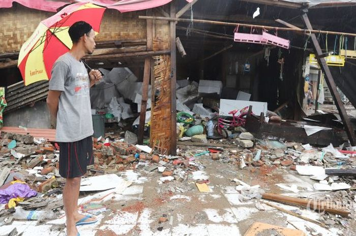 Warga saat melihat kesebuah rumah yang hancur akibat tsunami selat sunda di Desa Sumber Jaya, Kecamatan Sumur, Kabupaten Pandeglang, Banten, Rabu (26/12/2018). Di perkampungan nelayan itu tampak rumah-rumah penduduk hancur dan perahu-perahu nelayan pun berserakan di segala penjuru.