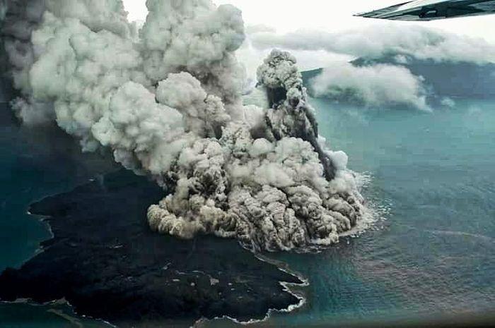 Erupsi Gunung Anak Krakatau yang ditangkap kamera awak Susi Air.