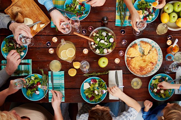 Makan bersama keluarga di akhir tahun.