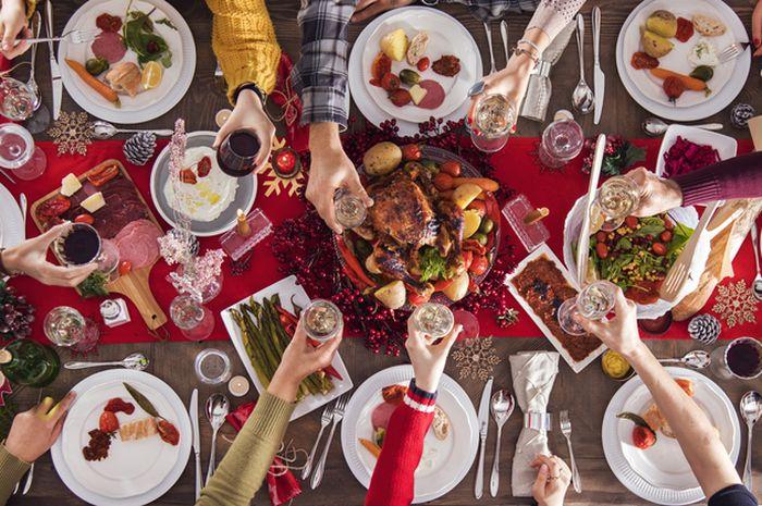 Ilustrasi makan malam bersama saat tahun baru.