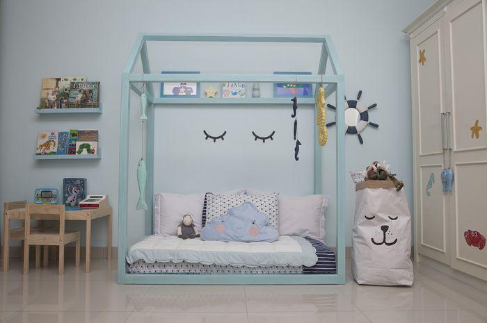 Warna biru laut dipilih untuk mendukung tema kamar anak.