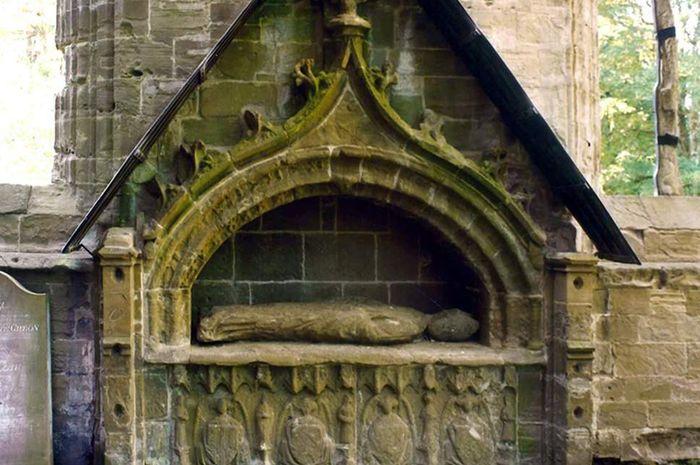 Ukiran di makam Uskup Cardeny.