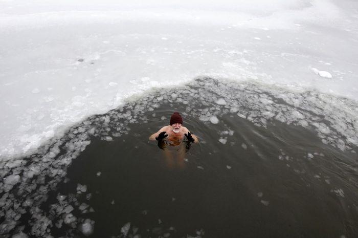 Salah satu peserta yang melakukan tradisi berenang di air es dalam menyambut Tahun Baru.