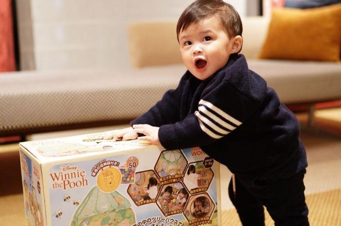 Raphael Moeis terlihat asyik membuka salah satu kado dalam ulang tahun pertamanya.