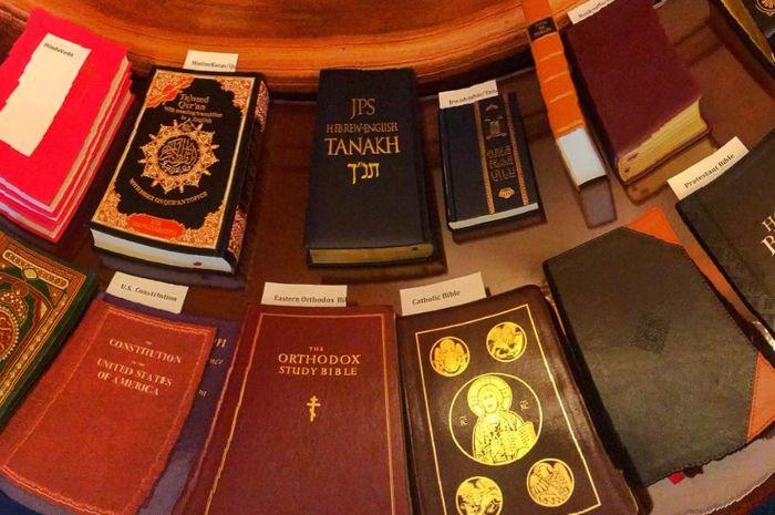 Lebih dari selusin kitab suci digunakan untuk mengambil sumpah saat pelantikan