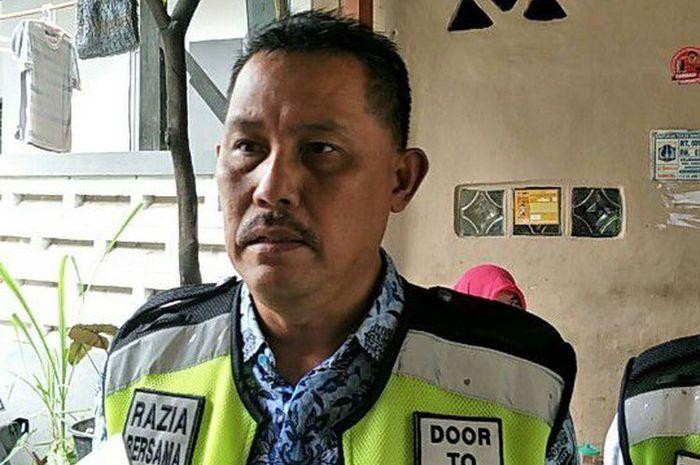 Kepala Unit Pelayanan Pajak Kendaraan Bermotor (PKB) dan Bea Balik Nama Kendaraan Bermotor (BBNKB) Jakarta Barat, Elling Hartono di kediaman penunggak PKB di Jalan Karya Barat IV, Grogol, Jakarta Barat pada Kamis (26/12/2018).