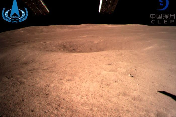 Foto pertama yang diambil Chang'e-4 di Bulan.