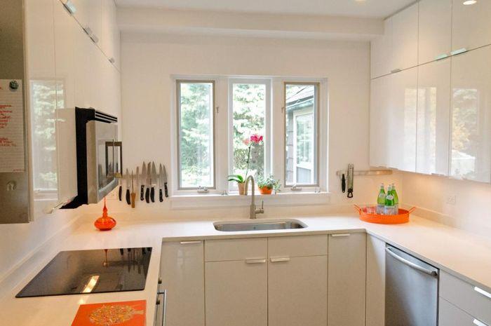 Pastikan dapur memiliki akses ke sinar matahari, serta tunjang juga dengan pencahayaan artifisial. Dapur yang gelap akan lebih lembab.