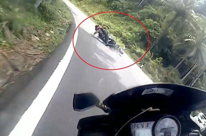 Yamaha R15 gagal cornering dan jatuh tersungkur