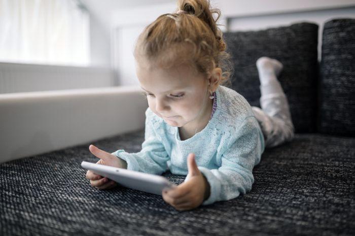 Usahakan berada di samping anak ketika main internet