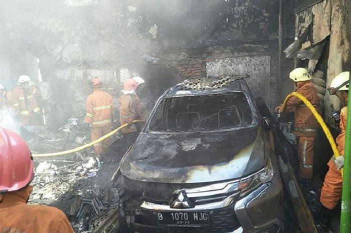 Mitsubishi Pajero Sport terbakar habis dilalap api