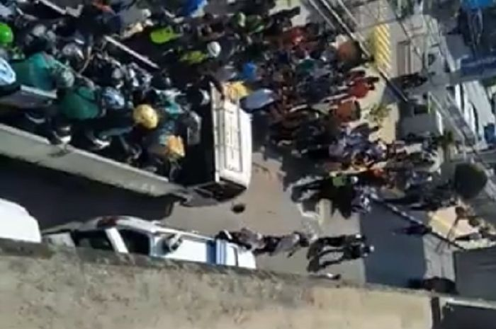 Puluhan motor ojek online diangkut truk karena parkir sembarangan.