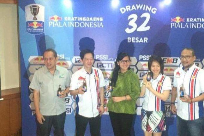 Sekjen PSSI Ratu Tisha (tengah) bersama dengan perwakilan sponsor Kratingdaeng setelah melakukan drawing babak 32 besar Piala Indonesia di Hotel Sultan, Jakarta, Selasa (8/1/2019).